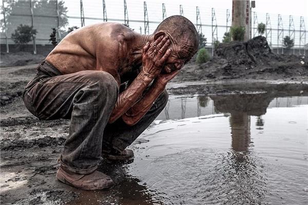 Sau khi bốc dỡ xong ông Bađến một vũng nước bẩn gần đó để rửa mặt cho mát.