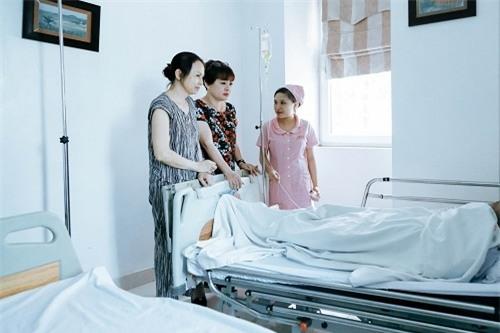 """Rất nhiều y tá, bác sĩ tại bệnh viện đã phải thán phục sức chịu đựng của ông, vì bị căn bệnh ung thư phổi quái ác hành hạ nhưng người nghệ sĩ này không hề la hét, vật vã. Bà Lan - vợ ông tâm sự: """"Trong nhiều lần tâm sự với tôi, anh ấy vẫn bảo: """"Tôi chưa chết được đâu"""". Bạn bè vào thăm hỏi, động viên sức khỏe và tinh thần làm chồng tôi có tinh thần khá tốt, trò chuyện vui vẻ và còn cười suốt"""". - Tin sao Viet - Tin tuc sao Viet - Scandal sao Viet - Tin tuc cua Sao - Tin cua Sao"""