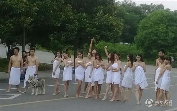 """Bộ ảnh từng bị """"ném đá"""" của nhóm sinh viêntrường Đại học Mỏ Trung Quốc hồi năm ngoái. (Ảnh:Internet)"""