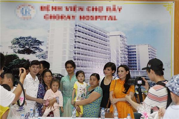 Vàhai trường hợp bệnh nhi đầu tiên được chọn để điều trị đó là béNguyễn Thị Khánh Ngọc,3 tuổi quê ở Ba Tri, Bến Trevà bé Hồ Thị Dương Ngọc, 6 tuổi quê ở Đồng Tháp, đều cùng mắc bệnh tim.