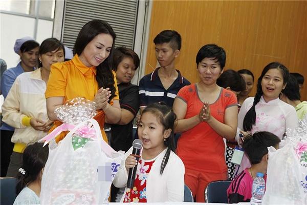 Bên cạnh Anandi của Cô dâu 8 tuổi,nữ ca sĩ Phi Nhung cũng thu hút sự chú ý của đông đảo người hâm mộ.