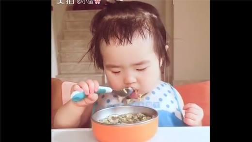 Cận cảnh bé gái háu ăn đáng yêu làm