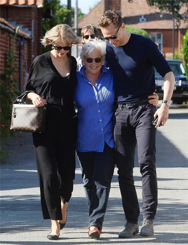Mới công khai yêu nhau, Taylor Swift đã ra mắt mẹ của Tom Hiddleston