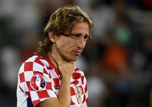 Modric đã có trận đấu rất ổn. Anh qua người thành công 6 lần, thắng không chiến và đánh chặn thành công đều 3 lần. Trận này, HLV Fernando Santos của Bồ Đào Nha bố trí nhân sự vây hãm Luka Modric cực kìgắt gao.