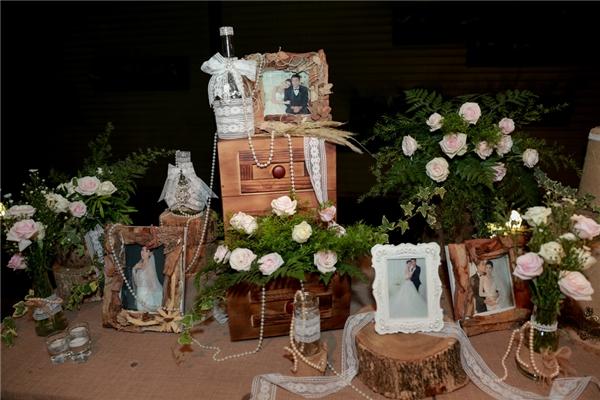 Trên bàn đón tiếp bày những bức hình cưới của cặp đôi rất đẹp mắt. - Tin sao Viet - Tin tuc sao Viet - Scandal sao Viet - Tin tuc cua Sao - Tin cua Sao