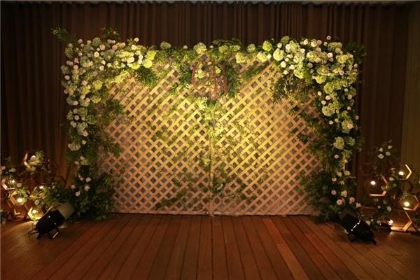 Những bông hoa trắng kết cùng lá xanh tạo nên không gian ấm cúng, tươi mát. - Tin sao Viet - Tin tuc sao Viet - Scandal sao Viet - Tin tuc cua Sao - Tin cua Sao
