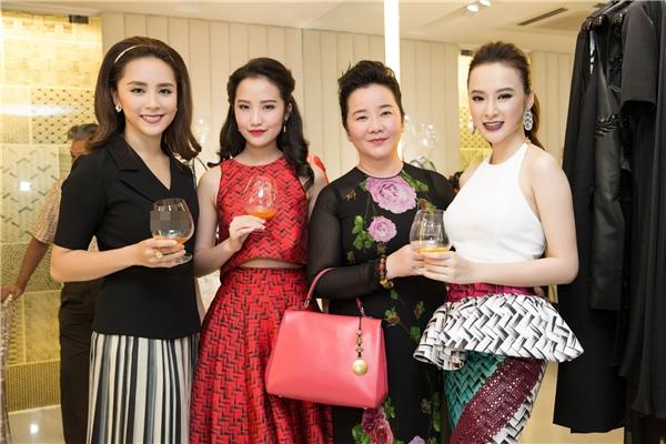 Phương Trinh đến cảm ơn NTK Công Trí sau Cannes 2016