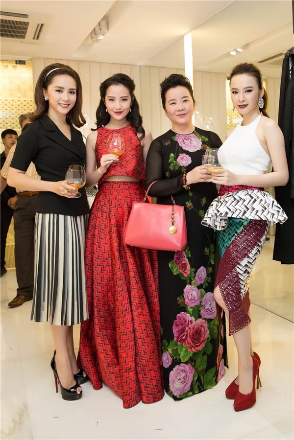 Nữ diễn viên vui vẻ hội ngộ với Á hậu Dương Trương Thiên Lý và những khách mời VIP của nhà thiết kế Công Trí trong đêm tiệc.