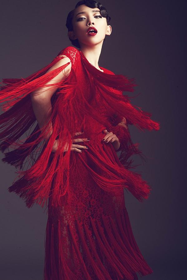 Trên nền phom váy ôm sát, chi tiết tua rua được đính kết theo cấu trúc phân tầng giúp điểm nhìn của người xem được chuyển biến liên tục. Kết hợp cùng những đường tua rua mềm mại chính là chất liệu ren mỏng manh, nhẹ nhàng. Khoảng hở chừng mực trên váy áo mang đến vẻ ngoài gợi cảm nhưng không mất đi sự thanh lịch của người phụ nữ.
