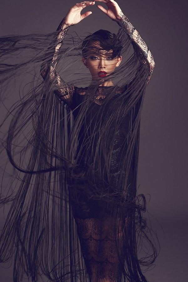 Thiết kế với sắc đen huyền diệu mang lại vẻ ngoài ấn tượng nhưng vô cùng quyến rũ cho Tóc Tiên. Những đường tua rua được đính kết ở tay, cầu vai tạo cảm giác như một tấm áo choàng mỏng manh, vừa hư vừa thực mang đến sự thú vị cho cả người mặc lẫn người xem.