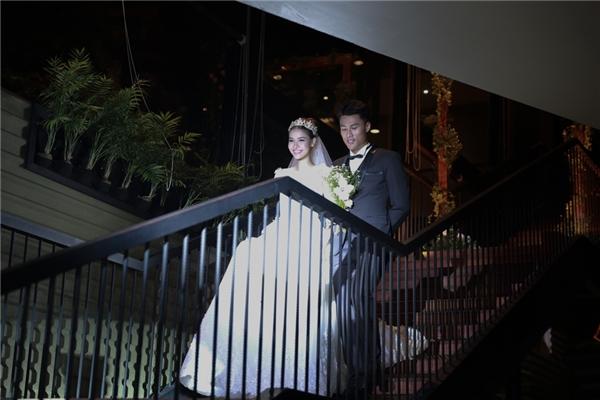 Đúng giờ, lễ đính hôn chính thức được cử hành trong sự chung vui của đông đảo bạn bè thân thiết của Mạc Hồng Quân và Kỳ Hân. Cả hai tay trong tay hạnh phúc và dành cho nhau những cử chỉ tình cảm nhất. - Tin sao Viet - Tin tuc sao Viet - Scandal sao Viet - Tin tuc cua Sao - Tin cua Sao