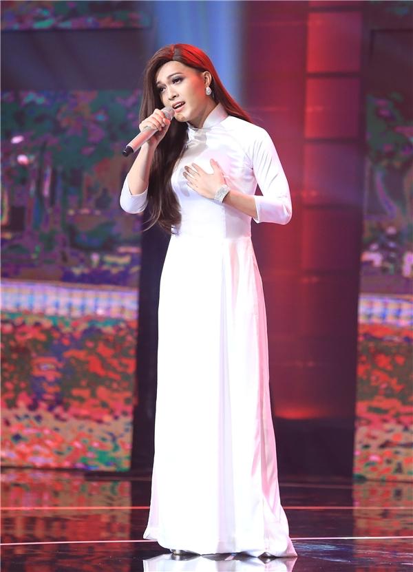 Khác với những lần xuất hiện trước, không sexy, gợi cảmở tập này Khánh Hoàng mang đến mộtMinh Tuyết dịu dàng, e ấp trong tà áo dài trắng tinh khôi. Đây là một trong những góc nhỏ rất hiếm hoi trong phong cách của nữ ca sĩ Đã không yêu thì thôi.