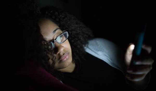 Sử dụng smartphone trước khi đi ngủ ảnh hưởng nhiều đến sức khỏe. (Ảnh: Internet)
