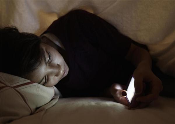 Với nhiều người, sử dụng smartphone trước khi đi ngủ là một thói quen khó bỏ dù vẫn biết nó gây hại cho mắt. (Ảnh: Internet)