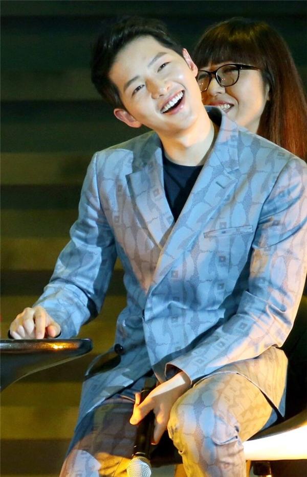 Song Joong Ki thích thú chơi trò chơi với chiếc máy phát hiện nói dối