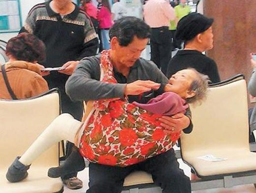 Người mẹ gầy ốm từng một tay nuôi lớn biết bao đứa con giờ chỉ như một đứa trẻ cần được quan tâm, chăm sóc suốt ngày thế này đây.