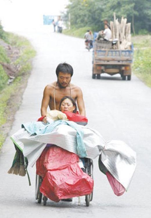Để giúp mẹ thỏa ước nguyện ngắm phong cảnh đất nước, người con có hiếu này đã đi bộ, đẩy chiếc xe lăn của mẹ đi suốt hơn 3000 cây số trong hơn 3 tháng.