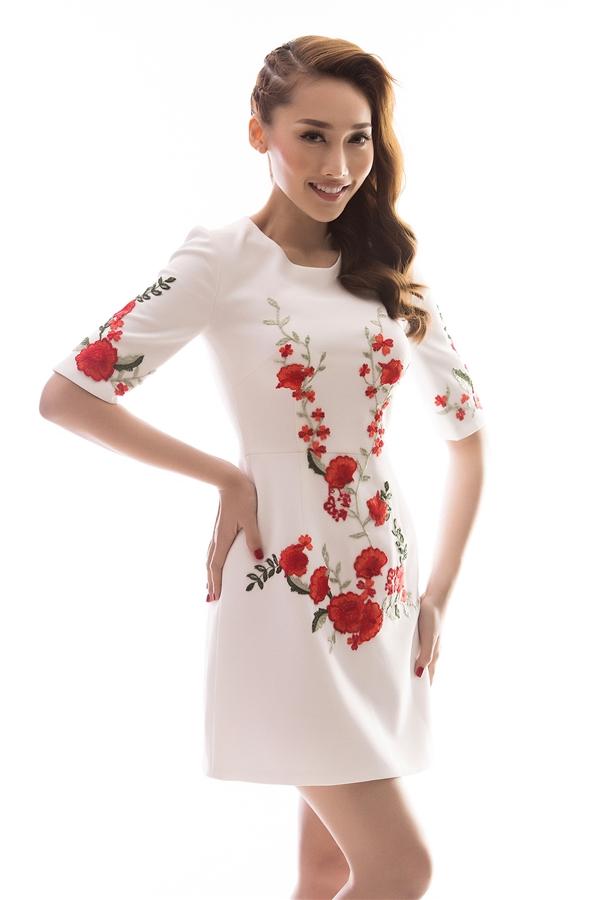 Sắc hoa liên tục được Đỗ Long biến tấu từ tông màu trầm cho đến sắc hồng ngọt ngào hay màu đỏ nổi bật, thu hút.