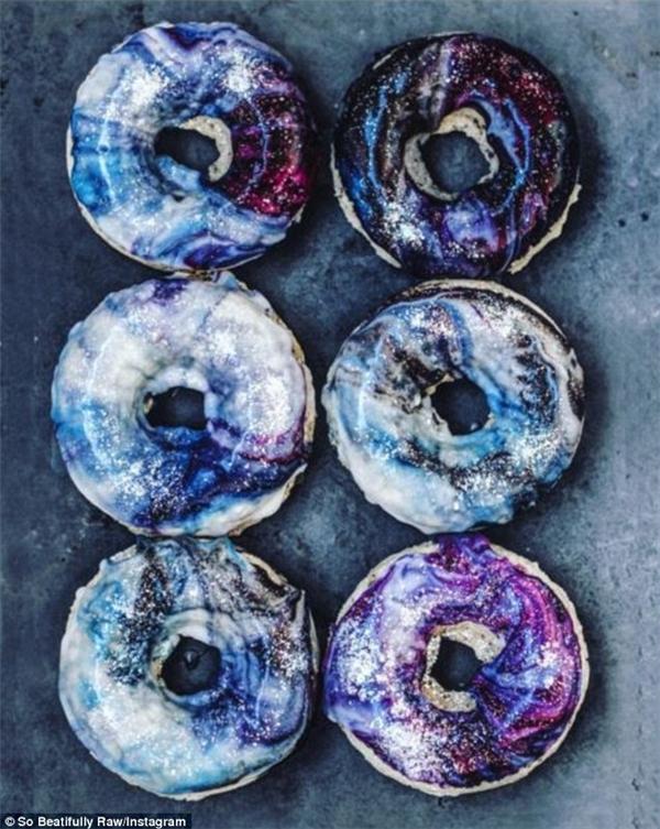 Blogger ẩm thực Beautifully Raw đăng tải hình ảnh bánh donut ngân hà và thu hút hơn 36.000 lượt yêu thích trên Instagram. (Ảnh: Instagram)