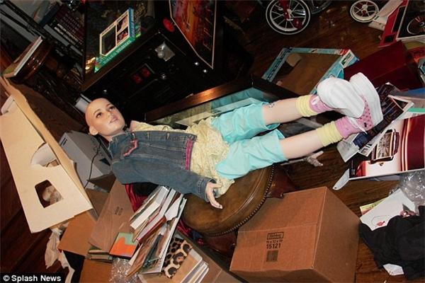 Hình ảnh một bức tượng em bé có kích thước thật được tìm thấy trong cuộc khám xét Điền trang Neverland, dinh thự của Michael Jackson, vào năm 2003.