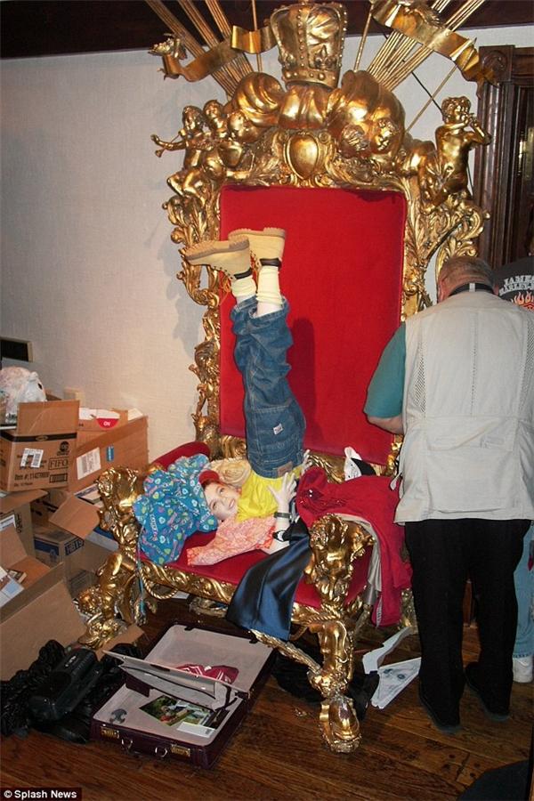 Một bức tượng được đặt với tư thế lạ trên chiếc ngai vàng của Michael.