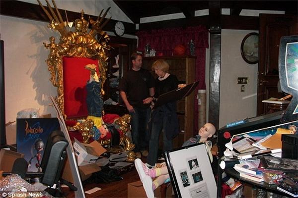 Cảnh sát đang lục soát khắp nhà Michael, trong đó có rất nhiều đồ chơi trẻ em và hình ảnh khiêu khích.