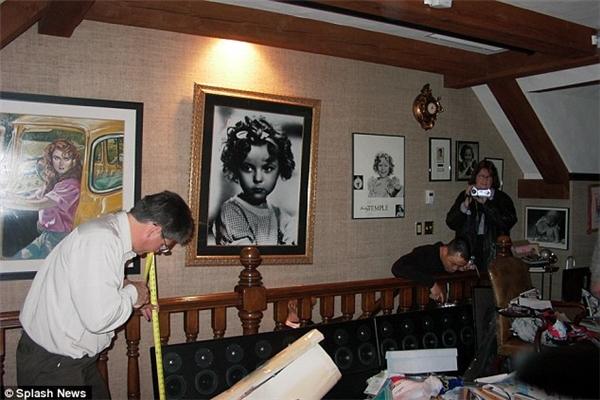 Hình ảnh của Shirley Temple từ nhỏ đến lớn treo khắp nhà.