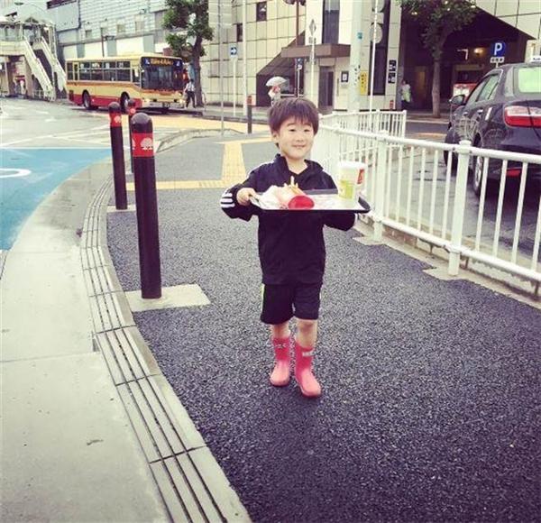 """Nét mặt hớn hở của cậu bé 5 tuổi lần đầu được chú cho tiền tự đi mua đồ ăn mà không ngờ lại... phạm phải sai lầm """"khó đỡ"""" này (Ảnh: Hayato Aragaki)"""