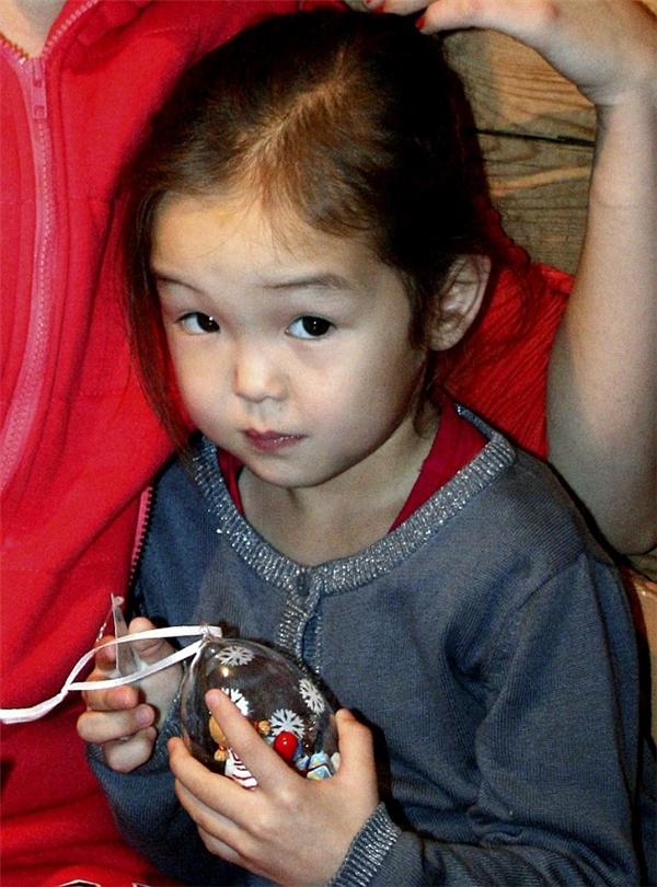 Karina bé bỏng sau khi được cứu sống.