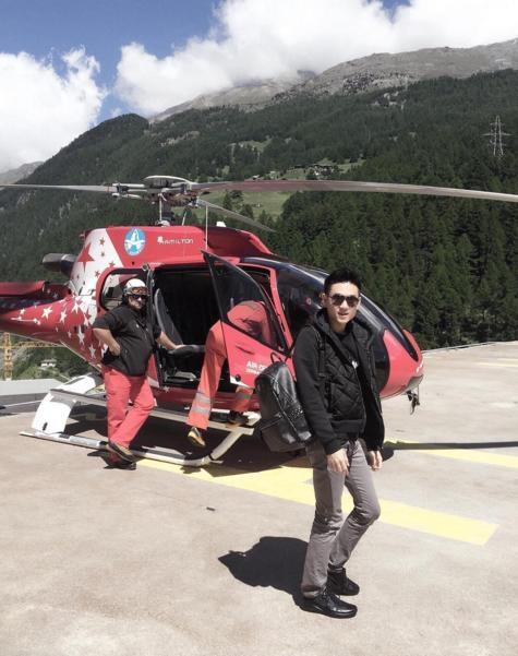 Anh chàng có sở thích lái trực thăng giải trí.