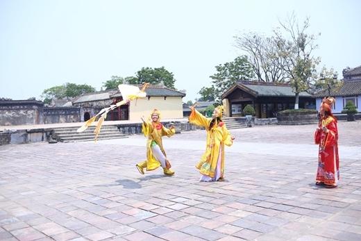 """""""Vua"""" C Tút và hai mỹ nữ tung tăng thả diều vui chơi giữa Đại Nội."""