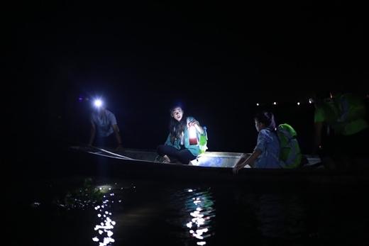 3 bạn trẻ được đưa lên thuyền kèm theo thử thách phải ngủ qua đêm giữa sông.