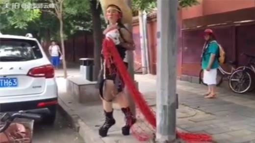 Chóng mặt với nam thanh niên ăn mặc dị hợm trên phố