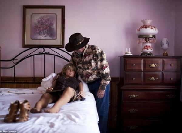 """Ông """"Deerman"""" (biệt danh trên mạng)đã đặt mua một cô búp bê giống người vợ quá cố mất vì ung thư của mình và đặt tên nó là Erica."""