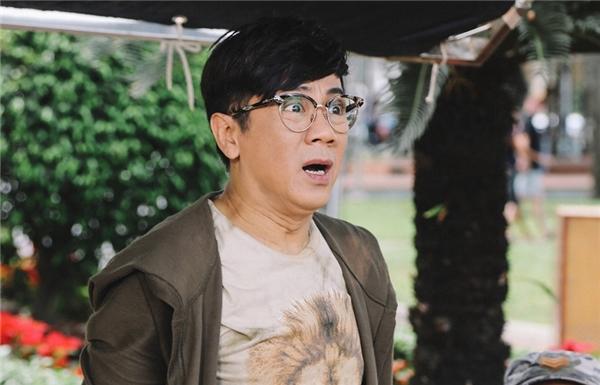 """Nói về vai diễn Tony Phát, NSƯT Thành Lộc thừa nhận: """"Tôi thích kịch bảnTik Tak, anh yêu embởi vì nó không bị dính vào xu hướng hài nhảm đang thịnh hành gần đây trên màn ảnh. Và nó là một câu chuyện vừa vặn, dễ thương""""."""