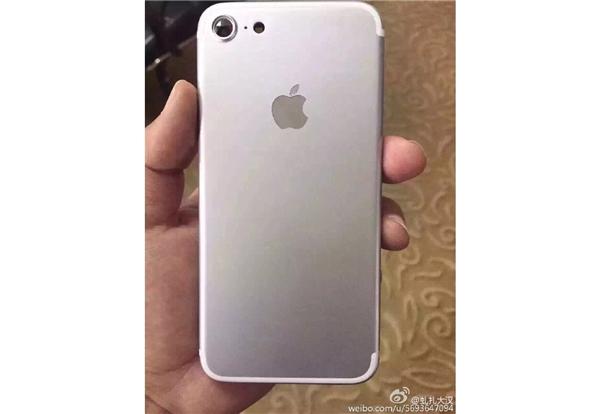 Một mẫu iPhone 7 có camera sau siêu lớn. (Ảnh: Internet)