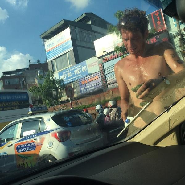 Thực hư chuyện anh Tây lau kính ô tô giữa phố phường Hà Nội