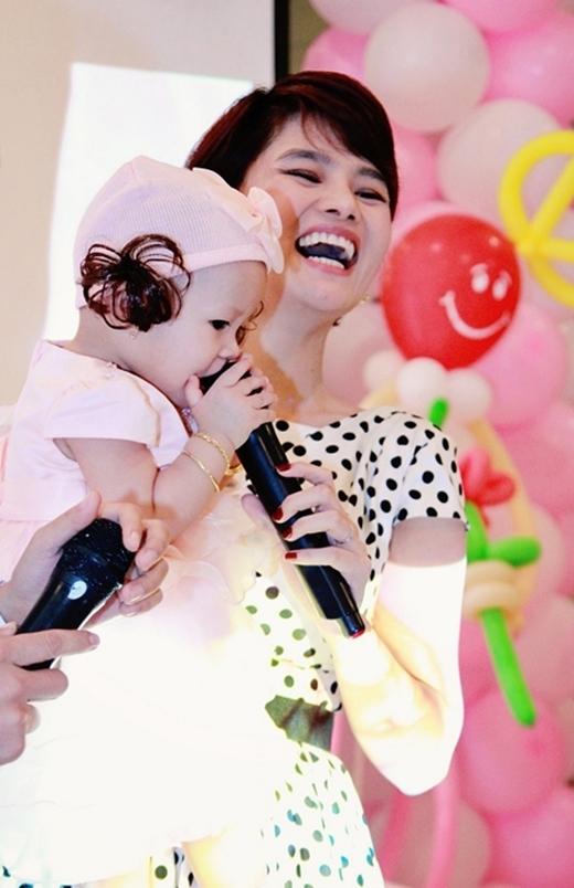 Vũ Thu Phương cười hạnh phúc trong tiệc thôi nôi của nàng công chúa đầu. - Tin sao Viet - Tin tuc sao Viet - Scandal sao Viet - Tin tuc cua Sao - Tin cua Sao
