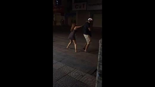 Vợ đánh chồng tới tấp giữa phố, mặc cho con nhỏ khóc thét