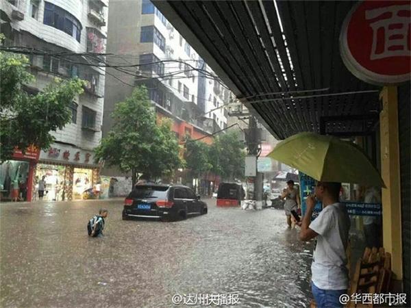 Đường phố Trung Quốc thường xuyên ngập lụt do hệ thống thoát nước yếu kém.