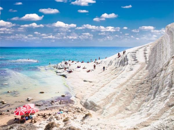 Vách  Scala dei Turchi  la vách đá đặc biệt bị xói mòn tự nhiên thành dạng bậc thang, cho phép du khách đi bộ xuống bãi biển phía dưới. Nếu đam mê các trò chơi mạo hiểm, bạn cũng có thể nhảy xuống nước từ các vách đá sát biểncạnh đó. (Ảnh Internet)