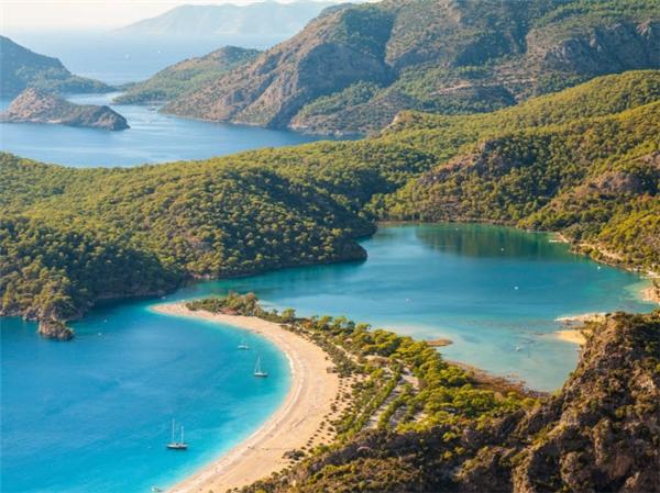 Khi đến với làng Oludeniz ở Thổ Nhĩ Kỳ, bạn sẽ được chiêm ngưỡng hồ nước trong xanh nằm cạnh vườn quốc gia hùng vĩ và một bãi biển dài tuyệt đẹp. Đây là địa điểm hấp dẫn với những du khách đam mê môn thể thao dù lượn. (Ảnh Internet)