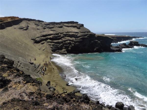 """Bãi biển Papakolea Beach có một tên gọi khác là """"Bãi Cát Xanh"""" do cát ở đây có màu xanh đặc trưng. Màu sắc khác lạ này gây ra bởi khoáng chất olivin từ đá dung nham xung quanh vịnh Mahana. (Ảnh Internet)"""