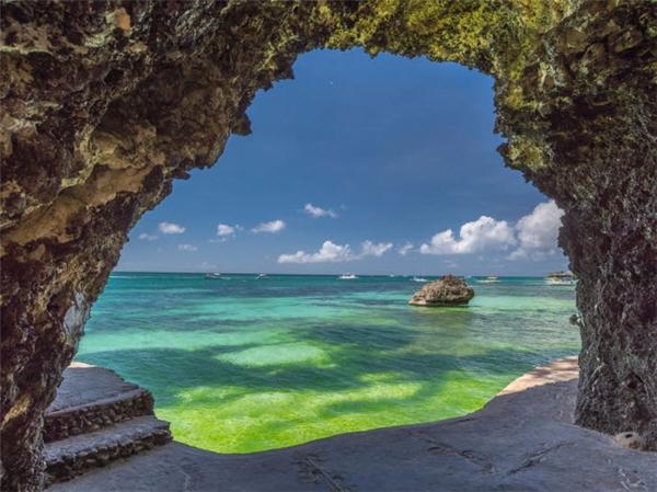 Du khách là trung tâm của mọi hoạt động tại bãi biển White trên đảo Boracay, Phillipines. Nơi đây có rất nhiều khu nghỉ dưỡng, khách sạn, điểm mua sắm, nhà hàng và quán bar. Ngoài ra, bãi biển cũng là nơi lý tưởng để ngắm hoàng hôn. (Ảnh Internet)