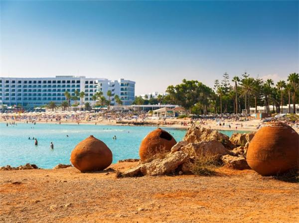 Đối với du khách thích tiệc tùng, bãi biển Nissi ở Cyprus là lựa chọn lý tưởng, vì nơi đây thườngtổ chức các buổi đại tiệc trên bãi biển vào dịp cuối tuần. Ngoài ra, bạn cũng có thể ngâm mình dướilàn nước trong xanh vàngắm cảnh xunh quanh. (Ảnh Internet)