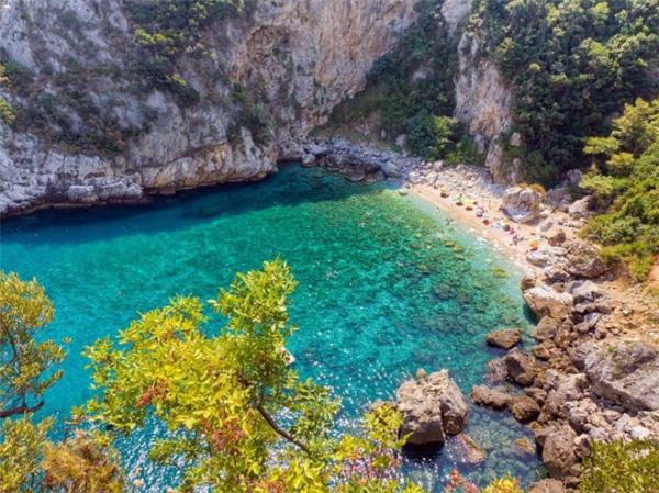 Du khách phải đi dọc một con đường lát sỏi khá dốc để đến bãi biển Fakistra nằm trên bán đảo Pelion, Hy Lạp. Nhưng khi tới đây, bạn có cơ hội chiêm ngưỡng khung cảnh tuyệt đẹp, với nước xanh biếc, thác nước, bãi cát mịn và rừng cây xanh mát. (Ảnh Internet)