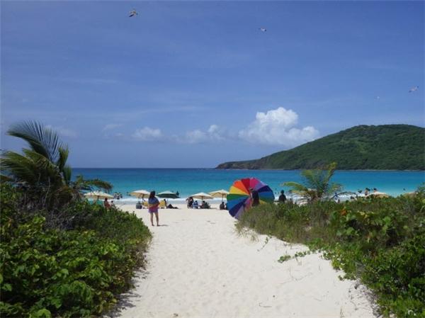 Flamenco được coi là bãi biển nổi tiếng nhất trên đảo Culebra,ngoài khơi Puerto Rico. Bãi biển đẹp như tranh vẽ này gây ấn tượng với cát trắng, nước trong veo và phong cảnh đẹp. Nước ở đây cũng rất nông, lý tưởng cho du khách thích quan sát sinh vật biển. (Ảnh Internet)