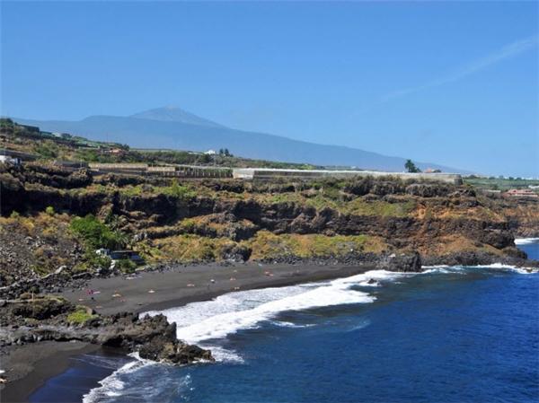 Bãi tắm Tenerife's Playa Bollullo trên đảo Canary (Tây Ban Nha), có cát đen độc đáo và hướng nhìn ra Đại Tây Dương tuyệt đẹp. Được bao quanh bởi các vách đá hùng vĩ, nơi đây là điểm du lịch hấp dẫn nhất trên đảo Canary. (Ảnh Internet)