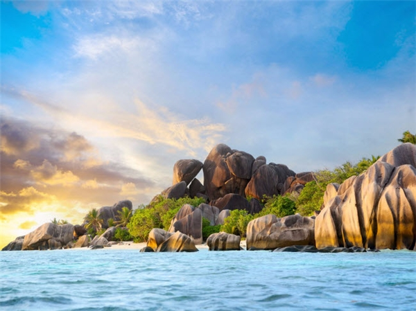 Anse Source d'Argent là một trong những bãi biển hấp dẫn nhất tại đảo quốc Seychelles. Với cát hồng và những khối đá granite ấn tượng, bãi biển đẹp như tranh này được một rạn san hô chắn sóng, tạo nên một vùng nước phẳng lặng và khá nông rất lý tưởng. (Ảnh Internet)