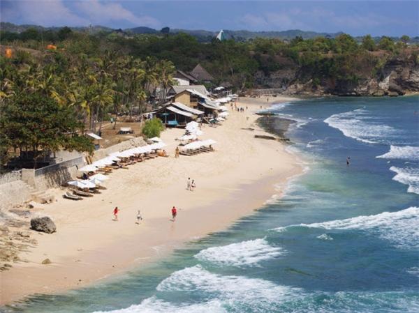 Bãi Balangan ngụ trên đảo Bali (Indonesia), có bãi tắm đẹp cùng nhiều dịch vụ như cà phê ngay trên bờ. Nơi đây là địa điểm ưa thích của những người mê lướt ván nhờ có điều kiện thời tiết và sóng phù hợp. (Ảnh Internet)